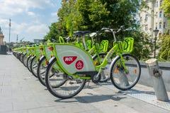 Jechać na rowerze udzielenie w centrum miasta Budapest, Węgry - obraz stock