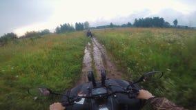 Jechać POV na ATV na wiejskiej pustkowie drodze przez lasu zdjęcie wideo