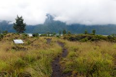 Jechać przez kaldery grani drogę wśród widoku wymarły krater wulkan Batur zdjęcia stock