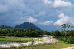 Jechać wzdłuż drogi z pięknym krajobrazem i niebieskim niebem Fotografia Royalty Free