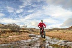 Jechać grubego rower przez strumienia Zdjęcie Royalty Free