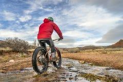 Jechać grubego rower przez strumienia Obraz Royalty Free