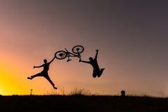 Jechać na rowerze, natura skok z rowerem i pasja & zdjęcie royalty free