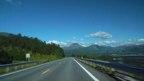 Jechać samochód na drodze w Norwegia Lofoten zdjęcie wideo
