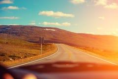 Jechać samochód na halnej drodze Zdjęcia Stock