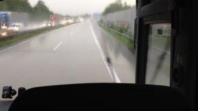 Jechać z autobusem przez deszczu na autobahn zbiory wideo