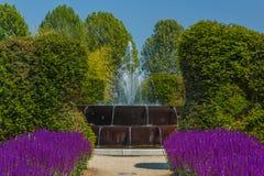 Jectsna av en dansspringbrunn i en blommaträdgård Arkivbild