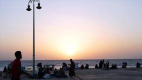JEDDAH, ARÁBIA SAUDITA 15 DE JUNHO DE 2015: Por do sol do seascape de Jeddah Disparado de um por do sol alaranjado em uma praia d vídeos de arquivo