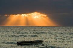 Jede dunkle Wolke hat ein silbernes (goldenes) Futter Lizenzfreies Stockfoto