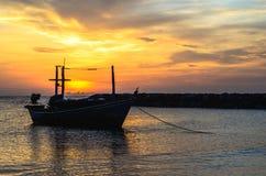 Jeden łodzi kotwica blisko pomarańczowej plaży w ranku Zdjęcia Stock