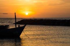 Jeden łodzi kotwica blisko pomarańczowej plaży w ranku Obrazy Royalty Free