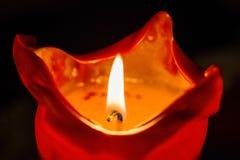 Jeden świeczka płomień przy nocy zbliżeniem - Zdjęcie Royalty Free