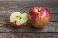 Jeden ampuła i jeden siekający jabłko Obrazy Royalty Free