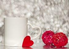 Jeden biały mag z czerwonymi sercami obraz royalty free
