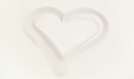Jeden biały lub beżowy serce w piasku Obraz Stock