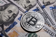 Jeden Bitcoin na sto dolarach rachunków Fotografia Stock