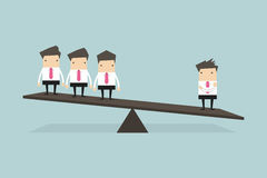 Jeden biznesmen na jeden stronie ważyć skala jest ciężki niż wiele kierownictwa strona przeciwna ilustracja wektor
