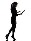 Biznesowej kobiety chodzącego komputeru oblicza pisać na maszynie cyfrowy stół zdjęcia royalty free
