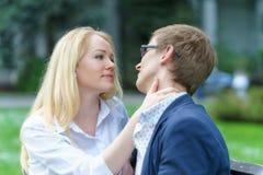 Jeden blond europejska kobiety mienia szyja jej czekanie i kochanek jego całowanie w niektóre parku przy ciepłym letnim dniem Zdjęcie Royalty Free