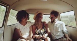 Jeden blondynki kobieta i jeden afrykańska młoda dziewczyna z kędzierzawym włosy jest ubranym rocznika ubieramy, z ich przyjaciel zbiory