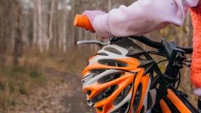 Jeden caucasian dzieci chodzą z rowerem w jesień parku Mała dziewczynka chodzi czarnego pomarańczowego cykl w lasowym dzieciaku i obrazy stock