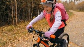 Jeden caucasian dzieci przejażdżek roweru droga w jesień parku Mała dziewczynka jedzie czarnego pomarańczowego cykl w lasowym dzi obraz royalty free