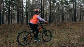 Jeden caucasian dzieci przejażdżek roweru droga w jesień parku Mała dziewczynka jedzie czarnego pomarańczowego cykl w lasowym dzi obrazy royalty free