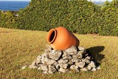 Jeden ceramiczny garnek w ogródzie obrazy royalty free