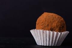 Jeden czekoladowa trufla na łupkowym tle Zdjęcie Royalty Free