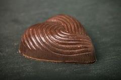Jeden czekoladowy cukierek na łupkowym tle stonowany Zdjęcia Royalty Free