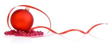 Jeden czerwieni bożych narodzeń piłka, koraliki i taśma Odizolowywający, Fotografia Royalty Free