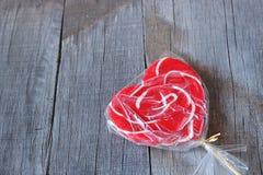 Jeden czerwona cukierek sympatia na stary drewnianym z kopii przestrzeni tłem Zdjęcia Stock