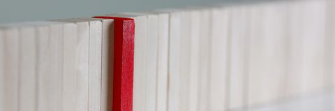 Jeden czerwonego zwycięzcy drewnianego bloku loteryjny rząd Fotografia Royalty Free