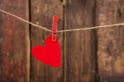 Jeden czerwony kierowy obwieszenie na clothesline. obraz royalty free
