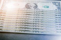 Jeden dolara banknoty na czarnym stole Gotówkowi pieniądze amerykanina dolary ornamentu geometryczne tła księgi stary rocznik Obi Obrazy Royalty Free