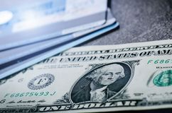 Jeden dolara banknoty na czarnym stole z kredytowymi kartami Gotówkowi pieniądze amerykanina dolary ornamentu geometryczne tła ks Obraz Stock