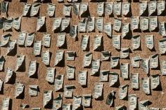 Jeden dolara banknoty wtykający na ścianie Fotografia Royalty Free