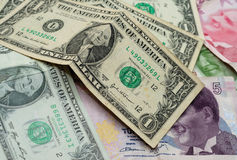 Jeden Dolarowi rachunki Z Tureckimi Liras Obrazy Stock