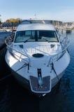 Jeden duży motorboat jacht w marina Obrazy Stock