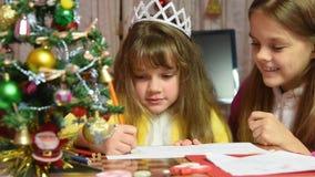 Jeden dziewczyna rysuje obrazek w nowego roku ` s wigilii, inny zapobiega je zbiory wideo