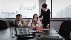 Jeden dziewczyna w biurze dostaje chorą i jej pomocą, zbiory
