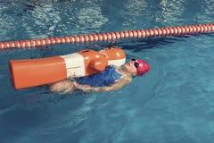 Jeden dziewczyna z Stażową atrapą w basenie Zdjęcie Stock