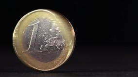 Jeden euro menniczy przędzalnictwo na stole zdjęcie wideo
