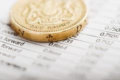 Jeden funtowa moneta na zbiorczym stole Obrazy Royalty Free