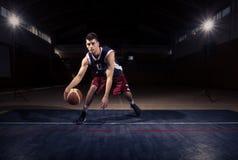 Jeden gracza koszykówki driblingu piłka Zdjęcia Royalty Free