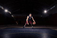 Jeden gracza koszykówki driblingu piłka Fotografia Royalty Free