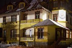 Jeden historyczny budynek w Tatranska Lomnica przy zimy nocą Fotografia Stock