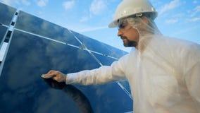 Jeden inżynier wyciera panel słonecznego z płótnem, zakończenie w górę zbiory wideo