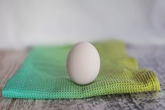 Jeden jajko na barwionym płótnie fotografia royalty free