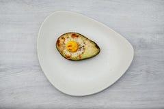 Jeden jajko piec w avocado na talerzu obrazy royalty free